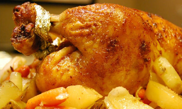 Η απόλυτη χριστουγεννιάτικη συνταγή για το πιο νόστιμο ψητό κοτόπουλο που έχετε φάει (vid)