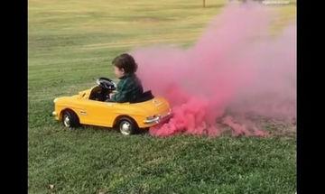 Κλαίει αλλά όχι επειδή το αυτοκινητάκι του βγάζει ροζ καπνούς (vid)