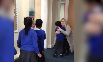 Δείτε με ποιο τρόπο μια δασκάλα υποδέχεται κάθε πρωί τους μαθητές της (vid)