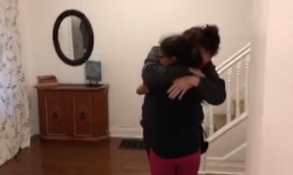Μητέρα και κόρη που ήταν άστεγες βρήκαν σπίτι. Δείτε την αντίδρασή τους! (vid)