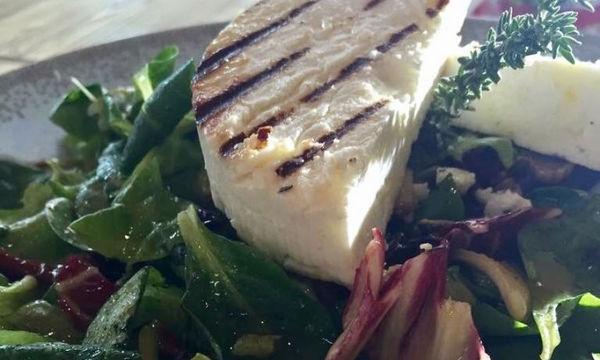 Πράσινη σαλάτα με μανούρι - Νόστιμη και χορταστική