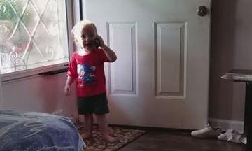 Πολύ γέλιο: Μωρά μιλούν στο τηλέφωνο και λένε τα …δικά τους (vid)