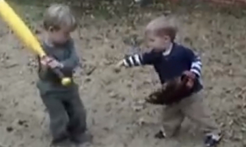 Δείτε τι έγινε όταν αυτά τα δύο αγοράκια αποφάσισαν να παίξουν baseball! (vid)