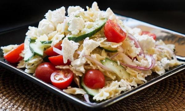 Χορταστική σαλάτα ζυμαρικών με φέτα