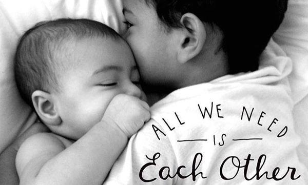 Ο μεγάλος αδελφός φροντίζει τα μωρά αδέλφια του. Οι πιο τρυφερές φωτογραφίες που έχετε δει! (pics)