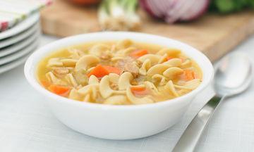 Θρεπτική κοτόσουπα με noodles - Διαφορετική και πολύ νόστιμη (vid)