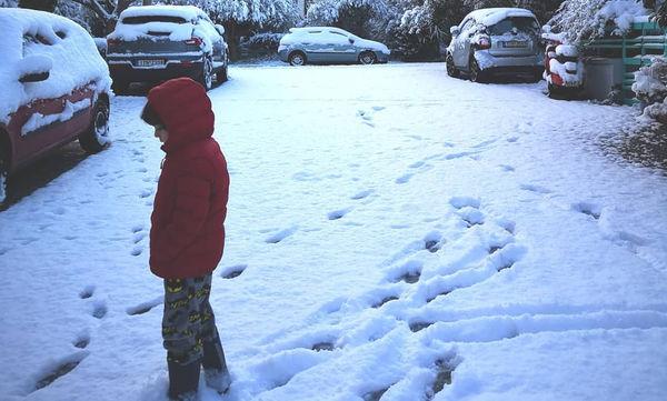 Διάσημοι Έλληνες γονείς φωτογραφίζουν τα χιονισμένα σπίτια τους (pics)