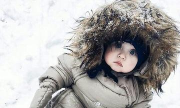 Έβγαλαν τα μωρά τους βόλτα στο χιόνι - Δείτε πώς τα έντυσαν ( pics)
