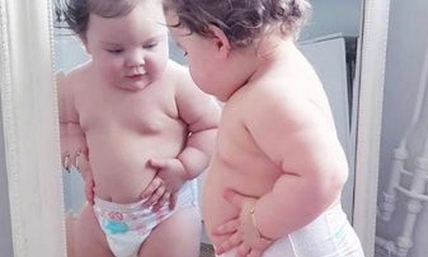 «Ωχ, έκανα κοιλίτσα;» - Αυτά τα στρουμπουλά μωράκια είναι για τσίμπημα (vid)