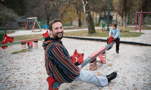Αυτός ο μπαμπάς ήθελε να παίξει στην παιδική χαρά: Δείτε τι έπαθε! (vid)