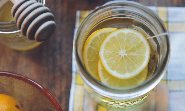 Νερό με λεμόνι: 5 απίστευτες beauty εφαρμογές του