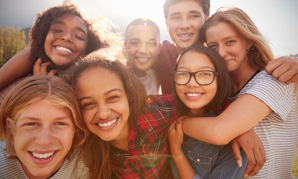 5 απλοί τρόποι για να βοηθήσετε το έφηβο παιδί σας να κάνει εύκολα φίλους