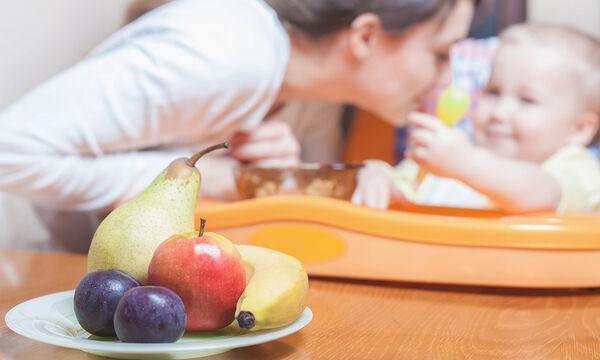 Ο πιο απίθανος τρόπος για να φάει εύκολα το μωρό σας τη φρουτόκρεμα (vid)