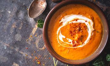 Θρεπτική σούπα γλυκοπατάτας με γιαούρτι και καπνιστή πάπρικα