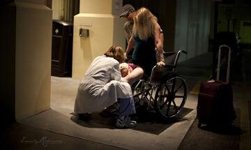 Απίστευτο περιστατικό! Μαμά γέννησε έξω από το μαιευτήριο (pics)