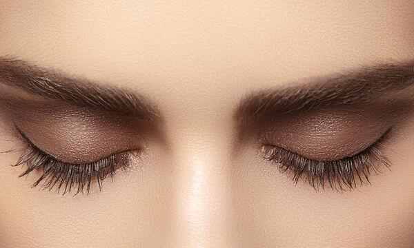 Δείτε πώς θα σχηματίζετε σωστά τη γραμμή του eyeliner