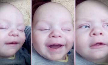 Δείτε τι άλλο κάνει αυτό το μωρό καθώς κοιμάται εκτός από το να χαμογελάει (vid)