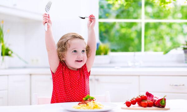 Παιδί και ανάπτυξη: Πώς να διδάξετε το παιδί σας να τρώει μόνο του