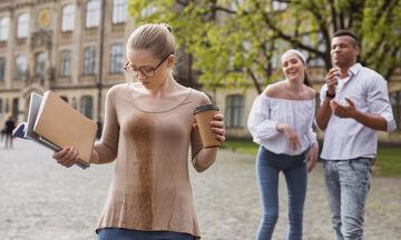 Λεκέδες από καφέ: Πώς να τους καθαρίσετε από τα ρούχα και τα χαλιά σας