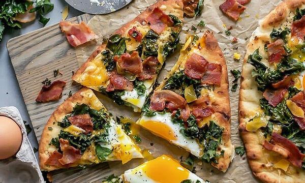 Νόστιμη πίτσα με αυγά και σπανάκι για το πρωινό της οικογένειας