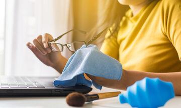 Πώς να καθαρίσετε τα γυαλιά οράσεως χωρίς να τα γρατσουνίσετε