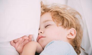 Ιδρώνει το παιδί σας στον ύπνο; Πού μπορεί να οφείλεται