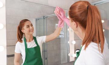 Πώς να καθαρίσετε αποτελεσματικά τον καθρέφτη του μπάνιου σας