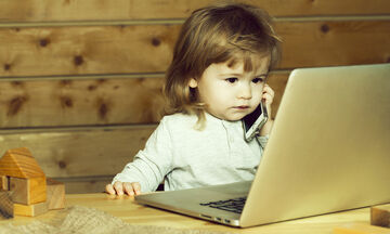 Πώς επηρεάζεται η ανάπτυξη των μικρών παιδιών όταν περνούν πολύ χρόνο μπροστά σε μια οθόνη