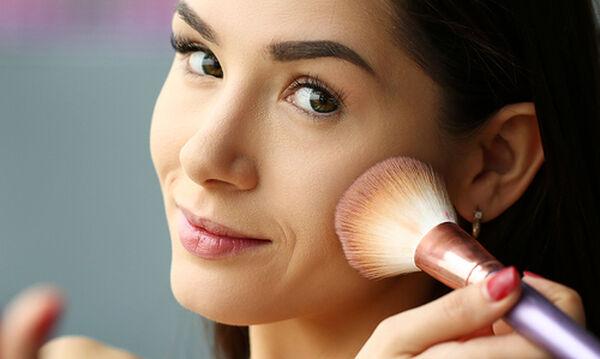 Πώς να αποφύγετε τις διχρωμίες όταν βάζετε make up