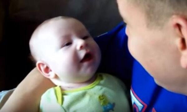 Μωρά μιμούνται τους μπαμπάδες τους και μας χαρίζουν άφθονο γέλιο (vid)