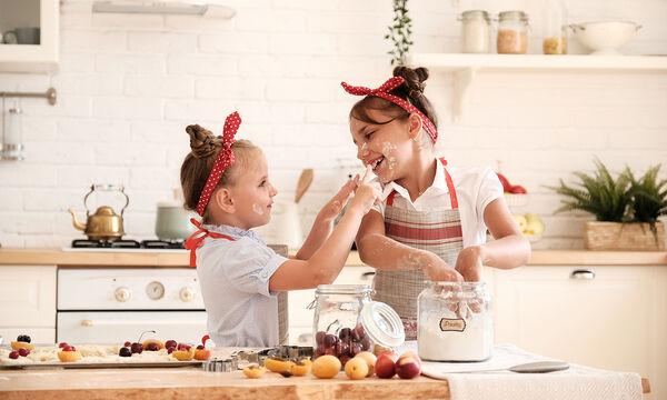 Σπιτικά σταφιδόψωμα - Εύκολη συνταγή για να τη φτιάξετε μαζί με τα παιδιά σας (vid)