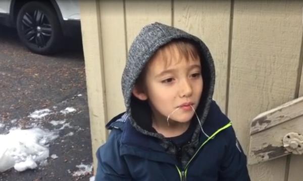 Αυτός ο μικρός διάλεξε τον πιο παράξενο τρόπο για να βγάλει το δόντι του! (vid)
