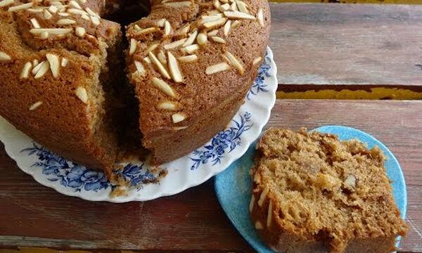 Συνταγή για μυρωδάτο κέικ με μέλι, πορτοκάλι και κανέλα (vid)