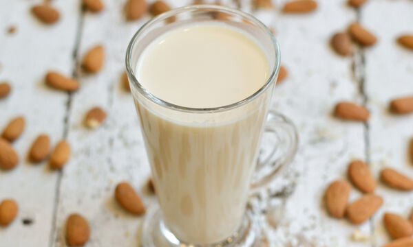 Φτιάξτε γάλα αμυγδάλου με 4 υλικά