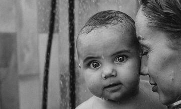 Ασπρόμαυρες φωτογραφίες που δείχνουν την ομορφιά της μητρότητας (pics)