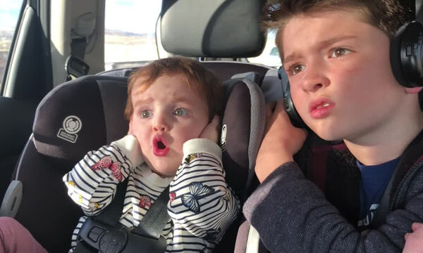 Τι βλέπει το μωρό και αντιδρά με αυτό τον τρόπο; (vid)