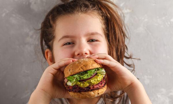 Παιδική διατροφή: Όλα όσα πρέπει να γνωρίζετε για τα «φιλικά» λιπαρά (vid)