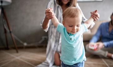 6+1 πράγματα που πρέπει να γνωρίζετε για τα πρώτα βήματα του μωρού σας