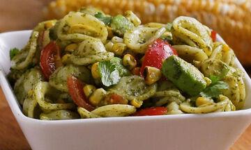 Κρύα σαλάτα με ζυμαρικά και καλαμπόκι (vid)