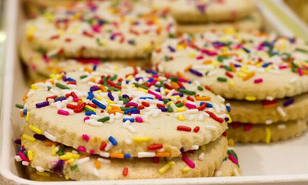 Πεντανόστιμα μπισκότα βανίλιας με πολύχρωμη τρούφα