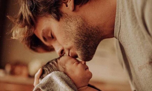 Μωράκια στην αγκαλιά του μπαμπά τους. Θα λιώσετε μόλις δείτε αυτές τις φωτογραφίες (pics)