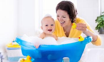 Πώς να δημιουργήσετε δεσμούς αγάπης με το μωρό σας την ώρα του μπάνιου