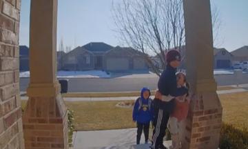 Το κοριτσάκι προσπάθησε να τον αγκαλιάσει αλλά τελικά όλα πήγαν… ξεκαρδιστικά στραβά! (vid)
