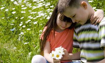 Χτυποκάρδια στα θρανία: Πώς να αντιμετωπίσετε τους παιδικούς έρωτες