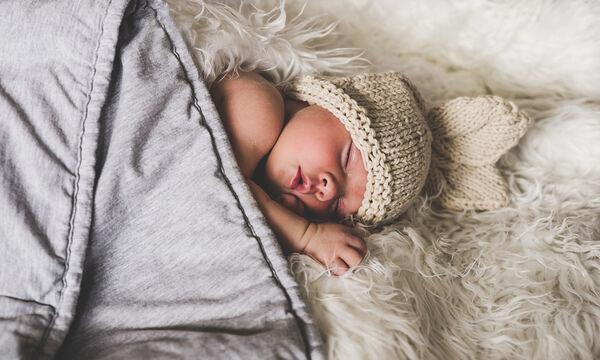 Πώς να φορέσετε το φορμάκι του μωρού σας σε λιγότερο από 1 λεπτό!  (vid)