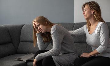 Πώς να βοηθήσετε το έφηβο παιδί σας να διαχειριστεί τον πρώτο του χωρισμό