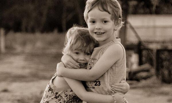 Αυτές οι παιδικές αγκαλιές είναι ό,τι πιο τρυφερό είδατε σήμερα (pics)