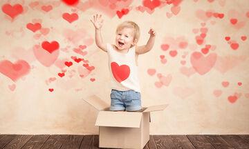 Ημέρα του Αγίου Βαλεντίνου: Πώς να μιλήσετε στο παιδί σας για τον φτερωτό θεό της αγάπης