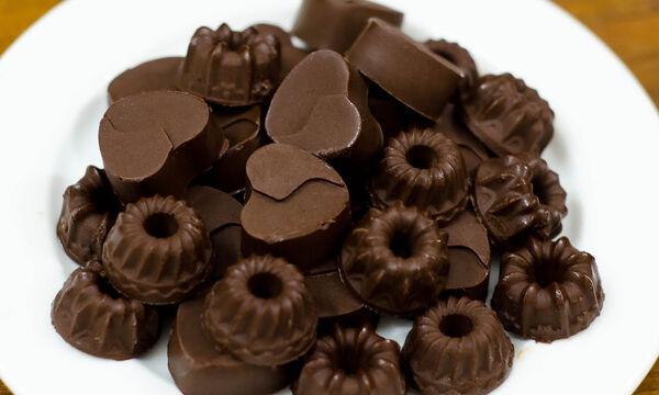 Πανεύκολα σοκολατάκια με τέσσερα μόνο υλικά (vid)