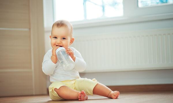 Γιατί τα μωρά μέχρι έξι μηνών δεν κάνει να πίνουν νερό